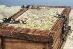 Λεπτομέρεια του παλαιού χάρτη στην κορυφή ενός ξύλινου κιβωτίου κοσμήματος στοκ φωτογραφία