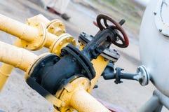Λεπτομέρεια του πετρελαίου ή του αγωγού υγραερίου με τις βαλβίδες στο μεγάλο διυλιστήριο πετρελαίου Στοκ Φωτογραφία