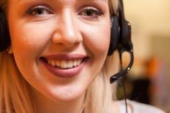 Λεπτομέρεια του πράκτορα τηλεφωνικών κέντρων στην εργασία Στοκ Εικόνες