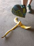 Λεπτομέρεια του προσώπου που περπατεί στη φλούδα μπανανών Στοκ Φωτογραφίες