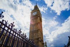 Λεπτομέρεια του πύργου ρολογιών Big Ben που περιβάλλεται από ένα όμορφο μπλε Στοκ Εικόνες
