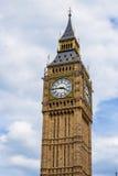 Λεπτομέρεια του πύργου ρολογιών Big Ben που περιβάλλεται από ένα όμορφο μπλε Στοκ Φωτογραφίες