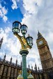 Λεπτομέρεια του πύργου ρολογιών Big Ben που περιβάλλεται από ένα όμορφο μπλε Στοκ φωτογραφία με δικαίωμα ελεύθερης χρήσης
