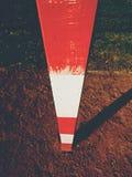 Λεπτομέρεια του πλαισίου πυλών Παιδική χαρά ποδοσφαίρου ή χάντμπολ, ανοικτό κόκκινο συντριμμένη επιφάνεια τούβλων στο έδαφος Στοκ Εικόνες