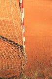 Λεπτομέρεια του πλαισίου πυλών Υπαίθρια παιδική χαρά ποδοσφαίρου ή χάντμπολ, ανοικτό κόκκινο άργιλος Στοκ φωτογραφίες με δικαίωμα ελεύθερης χρήσης