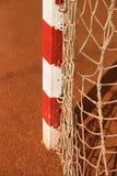 Λεπτομέρεια του πλαισίου πυλών Υπαίθρια παιδική χαρά ποδοσφαίρου ή χάντμπολ, ανοικτό κόκκινο άργιλος Στοκ Εικόνα