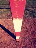 Λεπτομέρεια του πλαισίου πυλών Υπαίθρια παιδική χαρά ποδοσφαίρου ή χάντμπολ, ανοικτό κόκκινο άργιλος Κόκκινη συντριμμένη επιφάνει Στοκ Εικόνες