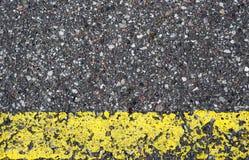 Λεπτομέρεια του δρόμου ασφάλτου με την κίτρινη γραμμή Στοκ Φωτογραφίες