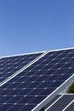 Λεπτομέρεια του σταθμού ηλιακής ενέργειας με το μπλε ουρανό Στοκ φωτογραφία με δικαίωμα ελεύθερης χρήσης