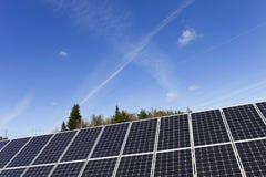 Λεπτομέρεια του σταθμού ηλιακής ενέργειας με το μπλε ουρανό Στοκ Εικόνα