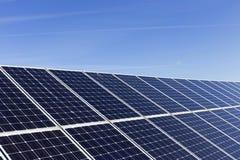 Λεπτομέρεια του σταθμού ηλιακής ενέργειας με το μπλε ουρανό στοκ εικόνες