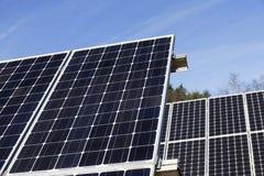 Λεπτομέρεια του σταθμού ηλιακής ενέργειας με το μπλε ουρανό Στοκ Φωτογραφία