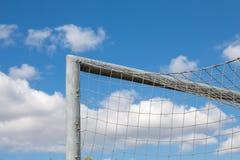 Λεπτομέρεια του στόχου ποδοσφαίρου; αγγελία ένας όμορφος μπλε ουρανός Στοκ Εικόνα