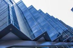 Λεπτομέρεια του σύγχρονων εξωτερικού και της αντανάκλασης οικοδόμησης Στοκ Φωτογραφίες