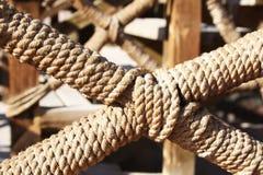 Λεπτομέρεια του φράκτη που διακοσμείται με το σχοινί, το σχοινί στο σχέδιο του κιγκλιδώματος Στοκ Φωτογραφίες