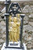 Λεπτομέρεια του χρυσού χρωματισμένου αριθμού μετάλλων του ατόμου Αγίου Στοκ Εικόνες
