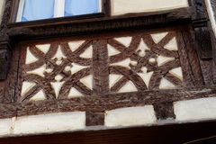 Λεπτομέρεια του fachwerkhaus, ή ξυλεία που πλαισιώνει, στην Αλσατία, τη Γαλλία Στοκ Φωτογραφία