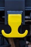 Λεπτομέρεια - τραίνο φορτίου φορτίου - κίτρινος μαύρος νέος τύπος 4 σε άξονα τροχού επίπεδος βαγονιών εμπορευμάτων αυτοκινήτων: Τ Στοκ Φωτογραφία