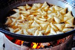 Λεπτομέρεια των αγροτικών παν και τηγανίζοντας ζυμαρικών στο πετρέλαιο Στοκ Εικόνα
