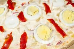Λεπτομέρεια των αυγών και των κόκκινων πιπεριών μιας ρωσικής σαλάτας (επίσης γνωστής ως σαλάτα Olivier) Στοκ εικόνα με δικαίωμα ελεύθερης χρήσης