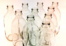 Λεπτομέρεια των μπουκαλιών γυαλιού στο άσπρο υπόβαθρο στοκ φωτογραφίες