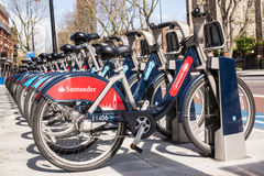 Λεπτομέρεια των νέων ποδηλάτων του σαντάντερ Boris στη γραμμή Στοκ εικόνες με δικαίωμα ελεύθερης χρήσης