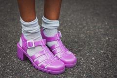 Λεπτομέρεια των παπουτσιών έξω από τις επιδείξεις μόδας της Gucci που χτίζουν για την εβδομάδα 2014 μόδας των γυναικών του Μιλάνο Στοκ Εικόνες