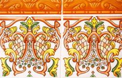 Λεπτομέρεια των παραδοσιακών κεραμιδιών από την πρόσοψη του παλαιού σπιτιού διακοσμητικά κεραμίδια Παραδοσιακά κεραμίδια της Ισπα στοκ φωτογραφίες