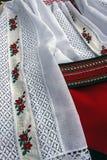 Λεπτομέρεια των παραδοσιακών ρουμανικών θηλυκών ενδυμάτων Στοκ Εικόνα