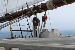 Λεπτομέρεια των τροχαλιών και των ανελκυστήρων ενός schooner Στοκ φωτογραφία με δικαίωμα ελεύθερης χρήσης