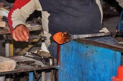 Λεπτομέρεια των χεριών βιοτεχνών που λειτουργούν στο γλυπτό γυαλιού σε ένα εργαστήριο Murano στοκ φωτογραφία με δικαίωμα ελεύθερης χρήσης
