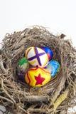 Λεπτομέρεια των χρωματισμένων αυγών Πάσχας που τοποθετούνται σε μια φωλιά με τα διαφορετικά FO Στοκ Εικόνα