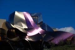 Λεπτομέρεια των χρωματισμένων κρασί μεταλλικών ζαρωμένων δομών ενός κτηρίου που σχεδιάζεται από τον αρχιτέκτονα Frank O Gehry, γι Στοκ φωτογραφία με δικαίωμα ελεύθερης χρήσης