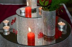 Λεπτομέρεια των όμορφων διακοσμήσεων κεριών με τις κόκκινες κορδέλλες στο W Στοκ Φωτογραφίες