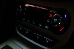 Λεπτομέρεια χρώματος κινηματογραφήσεων σε πρώτο πλάνο με το κουμπί κλιματισμού μέσα σε ένα αυτοκίνητο Στοκ φωτογραφία με δικαίωμα ελεύθερης χρήσης