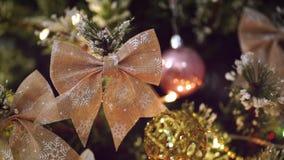 Λεπτομέρεια Bokeh διακοσμήσεων τόξων χριστουγεννιάτικων δέντρων απόθεμα βίντεο