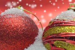 Λεπτομέρειες από μια οργάνωση με τις ζωηρόχρωμες σφαίρες Χριστουγέννων στοκ φωτογραφία