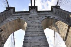 Λεπτομέρειες γεφυρών του Μπρούκλιν πέρα από ανατολικός ποταμός του Μανχάταν από την πόλη της Νέας Υόρκης στις Ηνωμένες Πολιτείες στοκ εικόνα