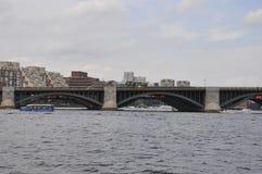 Λεπτομέρειες γεφυρών Longfellow πέρα από τον ποταμό του Charles από τη Βοστώνη στην κατάσταση Massachusettes των ΗΠΑ Στοκ Εικόνες