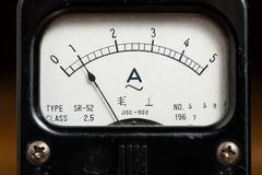 Λεπτομέρειες ενός παλαιού μαύρου αναλογικού μετρητή αμπέρ στοκ φωτογραφίες
