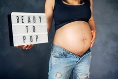 Λεπτομέρειες κινηματογραφήσεων σε πρώτο πλάνο εγκύων γυναικών - μελλοντική μητέρα με την κοιλιά Στοκ εικόνα με δικαίωμα ελεύθερης χρήσης