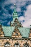Λεπτομέρειες κινηματογραφήσεων σε πρώτο πλάνο των κάθετων πύργων του Δημαρχείου Γερμανία Αμβούργο Στοκ Εικόνες