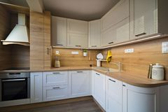 Λεπτομέρειες κουζινών, αντικείμενα στους ελαφριούς και ξύλινους τόνους στοκ φωτογραφίες με δικαίωμα ελεύθερης χρήσης