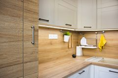 Λεπτομέρειες κουζινών, αντικείμενα στους ελαφριούς και ξύλινους τόνους στοκ εικόνα με δικαίωμα ελεύθερης χρήσης