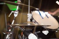 Λεπτομέρειες στα τύμπανα στη ορχήστρα ροκ στοκ φωτογραφία