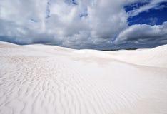 Λεπτομέρειες της άσπρων άμμου και των σύννεφων Στοκ Φωτογραφίες