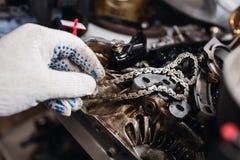 Λεπτομέρειες της αλυσίδας μηχανών αυτοκινήτων και των εργαλείων, αποκομμένη μηχανή στοκ εικόνες με δικαίωμα ελεύθερης χρήσης
