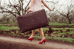 Λεπτομέρειες της γυναίκας που κρατούν την αναδρομική βαλίτσα Στοκ φωτογραφίες με δικαίωμα ελεύθερης χρήσης