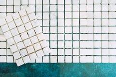Λεπτομέρειες της εγχώριας ανακαίνισης - άσπρο μαρμάρινο διακοσμητικό σχέδιο μωσαϊκών έτοιμο να εφαρμοστεί στους τοίχους λουτρών στοκ εικόνες