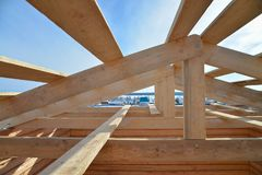 Λεπτομέρειες της ξύλινης στέγης κατασκευής, σύστημα δομών ξυλείας υλικού κατασκευής σκεπής στοκ εικόνα